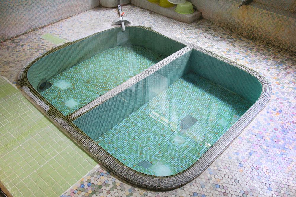 共同湯の浴槽